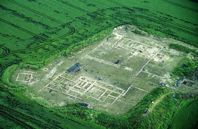 """Vue aérienne de la villa à l'époque des fouilles à Richebourg au lieu-dit """"La Pièce du Fient""""."""